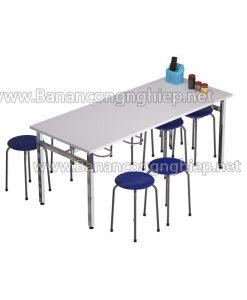 Bàn ăn 1m8 dành cho 8 người ngồi, có móc treo ghế thuận tiện